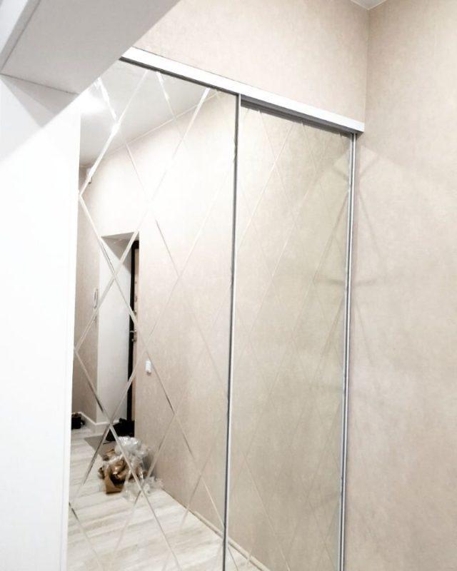 Двери-купе. Наполнение: зеркало с гравировкой ромбов в узком белом профиле. Дорого-богато!)))