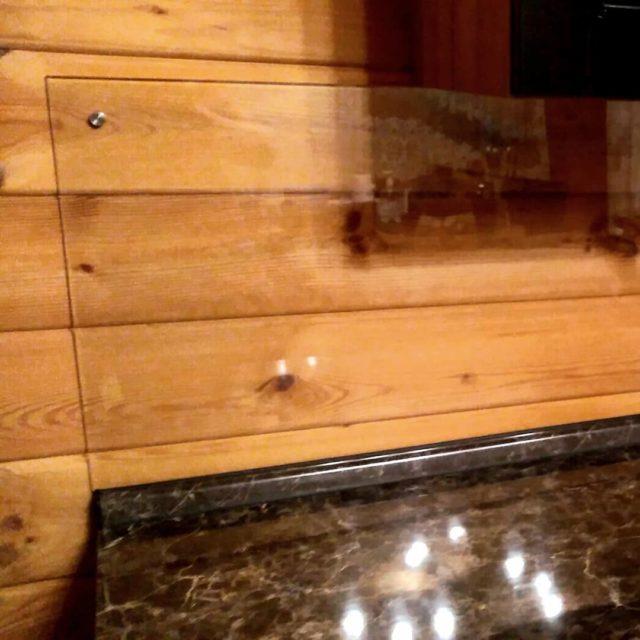 🙄Как защитить деревянные стены на кухне в деревянном доме..?🏠 Да вот так!!!🙂 Прозрачное закалённое стекло- идеальный вариант! #защититьстены #закаленноестекло #частныйдом #деревянныйдом #фартукдлякухни #стекло #стоимдом #кухня