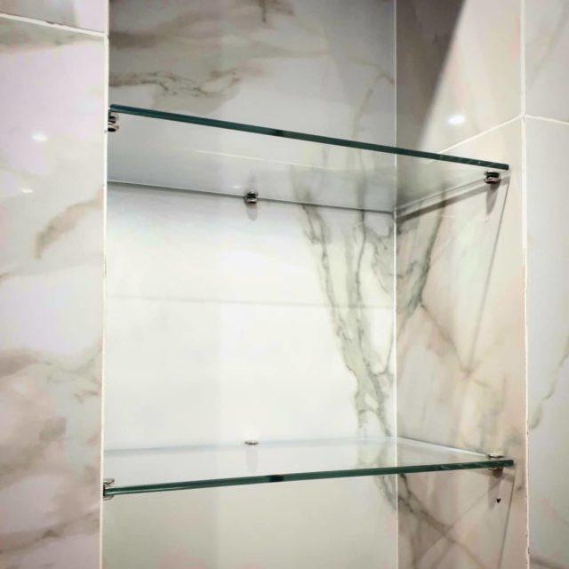 🥰Как же круто смотрятся стеклянные полки,..💫 особенно если они из ультрапрозрачного стекла!🙂 #ванная #дизайнваннойкомнаты #ультапрозрачноестекло #стеклянныеизделия #стекловбердске